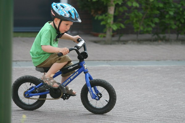 Riding+a+bike+with+training+wheels